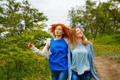 女朋友在胳膊的漫步胳膊 免版税库存照片