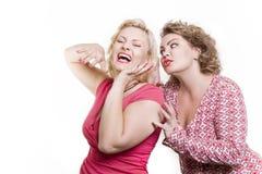 女朋友的两名妇女说闲话并且获得乐趣 图库摄影