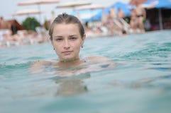 女朋友获得乐趣在水中在一个热的夏日 放松在游泳池的少妇 免版税库存照片