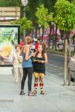 女朋友谈话 两个女孩的会议 库存图片
