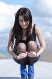 女服一只蓝色裙子和黑长袜在开放路摆在 免版税库存图片