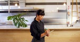 女服务员在剪贴板4k的文字顺序 股票录像