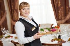 女服务员在承办酒席工作在餐馆 库存图片