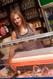 年轻女服务员服务冰淇凌 图库摄影