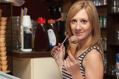 年轻女服务员服务冰淇凌 库存图片