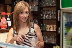 年轻女服务员服务冰淇凌 免版税库存照片
