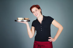 女服务员服务咖啡 免版税库存图片