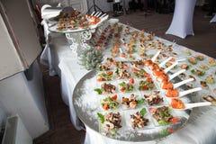 女服务员服务鸡尾酒会的桌 承办酒席 库存照片