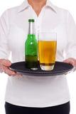女服务员用在盘的啤酒 库存图片