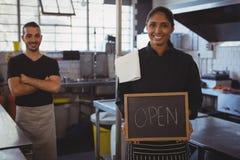 女服务员画象有开放标志的在咖啡馆 免版税图库摄影