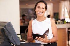 女服务员画象在准备比尔的旅馆餐馆 免版税库存照片