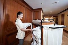 女服务生在旅馆 免版税图库摄影