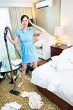 女服务生清洁在亚洲旅馆客房 免版税库存照片