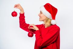 女服圣诞老人帽子举行两球圣诞节的装饰装饰品 怎么装饰在冬天 容易的冬天装饰 加法器 免版税库存照片