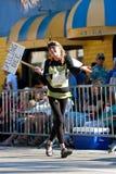 女服在迈阿密的芒果高视阔步游行的拼字比赛服装 免版税库存照片