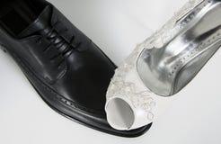 女权平等婚礼新娘穿上鞋子细节新郎 库存照片