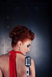女歌手红色礼服;葡萄酒话筒 免版税库存照片