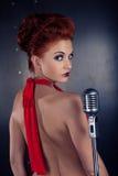 女歌手红色礼服;葡萄酒话筒 免版税库存图片