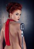 女歌手红色礼服;葡萄酒话筒 库存图片