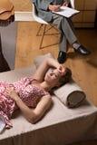 女淫狂妇女在心理分析家的办公室 免版税库存照片