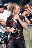 女演员佩带的骑自行车者衣裳。 免版税图库摄影