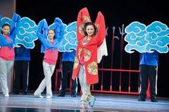 年轻女演员江西OperaBlue外套的排练 免版税库存照片