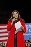 女演员艾美莉卡・弗利拉与希拉里・克林顿竞选集会讲话在克拉克县政府中心圆形剧场在拉斯维加斯 免版税库存照片