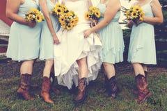 女牛仔婚礼和向日葵花束 图库摄影
