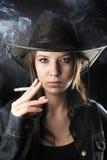 女牛仔性感的吸烟者 免版税库存图片