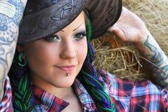 女牛仔样式时髦的被刺字的妇女年轻&# 免版税图库摄影
