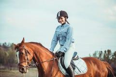 女牛仔和马 免版税库存图片