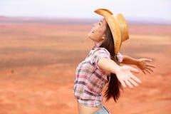 女牛仔-愉快的妇女和在美国大草原释放 免版税库存图片