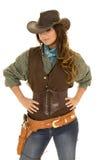 女牛仔用在臀部的枪和手枪皮套手 免版税库存图片