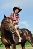 年轻女牛仔马术 免版税图库摄影