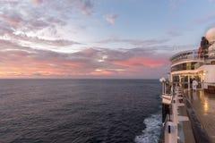 女王伊丽莎白上甲板在黎明 免版税库存照片