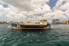 女王埃玛桥梁在威廉斯塔德库拉索岛 免版税图库摄影