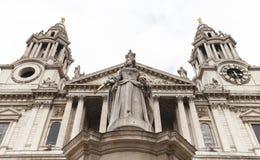 女王安妮,伦敦,英国18世纪圣保罗大教堂和雕象  图库摄影