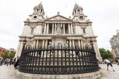 女王安妮,伦敦,英国18世纪圣保罗大教堂和雕象  库存照片