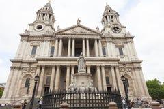 女王安妮,伦敦,英国18世纪圣保罗大教堂和雕象  免版税库存照片