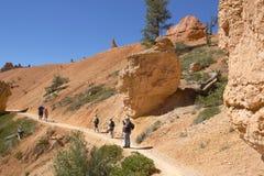 女王庭院试验的远足者在布莱斯峡谷国家公园在犹他 免版税库存图片