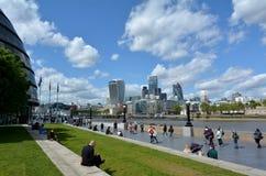 女王的南银行步行伦敦英国 免版税库存图片