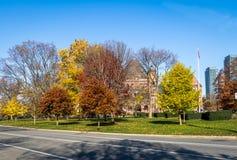 女王的秋天五颜六色的植被停放与在背景-多伦多,安大略,加拿大的安大略省省议会 免版税库存照片