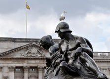 女王维多利亚纪念伦敦男人和妇女 免版税库存图片