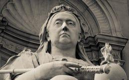 女王维多利亚雕象白金汉宫外 免版税库存照片
