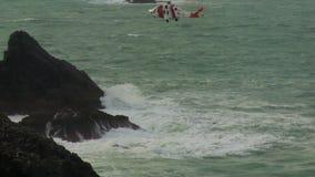 女王陛下的操纵入位置的海岸警备队直升机 影视素材