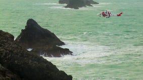 女王陛下的盘旋在位置的海岸警备队直升机 股票录像