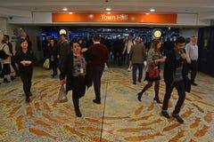 从女王维多利亚大厦和Galeries维多利亚的城镇厅火车站悉尼地下入口 免版税库存照片