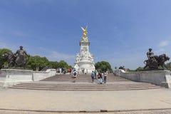 女王维多利亚纪念品的在白金汉宫前面,伦敦,英国游人 免版税库存图片