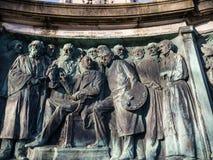 女王维多利亚雕象在兰卡斯特站立在政客、艺术家和作家上的英国 库存图片