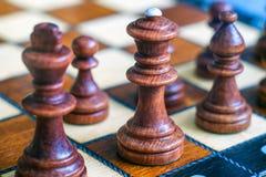 女王/王后和国王前景的 棋盘和棋子,在棋枰的木棋子彩色照片  软绵绵地集中 B 免版税库存照片
